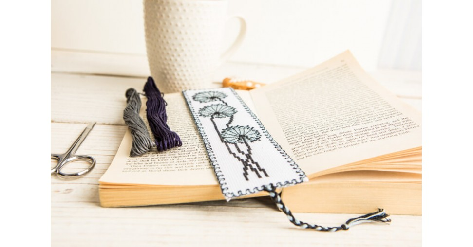 Do-it-yourself cross stitch bookmark